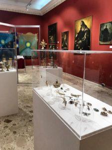 Sullo sfondo: opere di Giuseppe Siniscalchi
